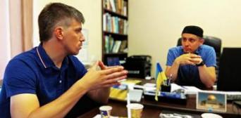 ©️Дніпроград: серпень 2019, ІКЦ м. Дніпро, зустріч між лідером місцевої мусульманської громади і координатором «правого» руху на Січеславщині