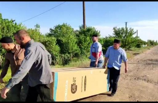 Запорізькі мусульмани подарували нужденній родині з Новоолексіївки новий холодильник з продуктами