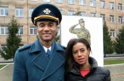 ©️Римма Мхавилла/IP News: Архив. Пилот Ашраф Азизович Мсуя с матерью Риммой Мхавилла